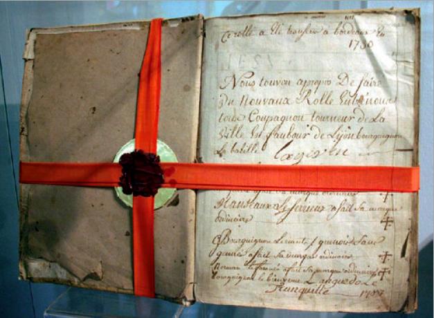 Figure 4 – Livre des règles et registres,             dit «Rôle», des compagnons tourneurs sur bois de la ville de             Lyon (1730; coll. Musée du Compagnonnage de Tours)