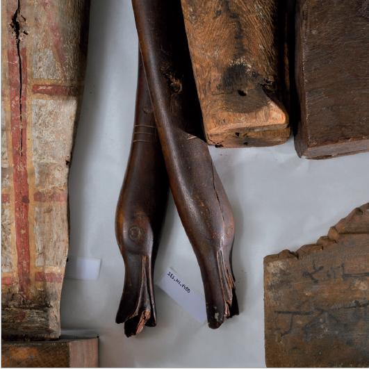 Figure 5 - Pieds de chaise pliante décorés de têtes de           canards, offerts par l'égyptologue belge Jean Capart (Musées royaux           des arts décoratifs et industriels de Bruxelles) en échange de vases           en terre cuite de l'ancien Empire achetés par Spiegelberg lors de           l'expédition de 1895/96 (coll. UdS)