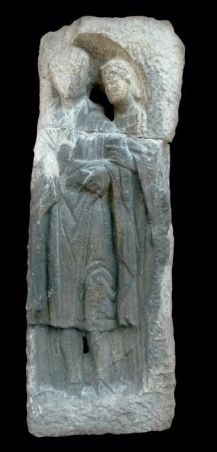 Figure 1 – Monument funéraire d'Avaricum           figurant un couple qui tient des tablettes et un volumen de luxe           (collections des musées de la Ville de Bourges, Musée du           Berry)