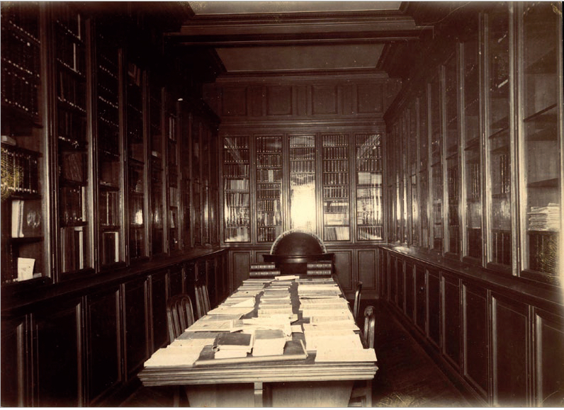 Figure 1 – Salle des périodiques de la           bibliothèque de l'École des mines, s.d. (fin du 19siècle; coll.bibliothèque de l'École des mines           de Paris)