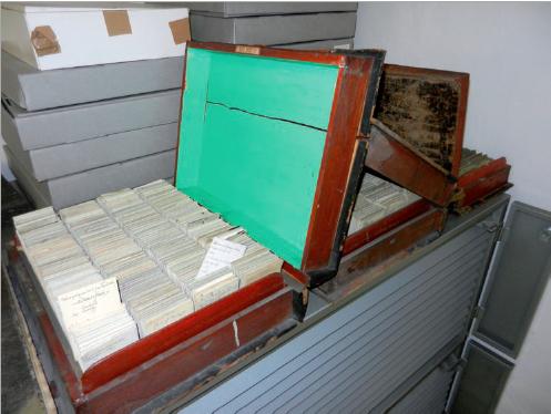 Figure 5 – Premier catalogue sur fiches             conservé dans les magasins de la bibliothèque de l'École des mines             de Paris (coll. bibliothèque de l'École des mines de Paris)