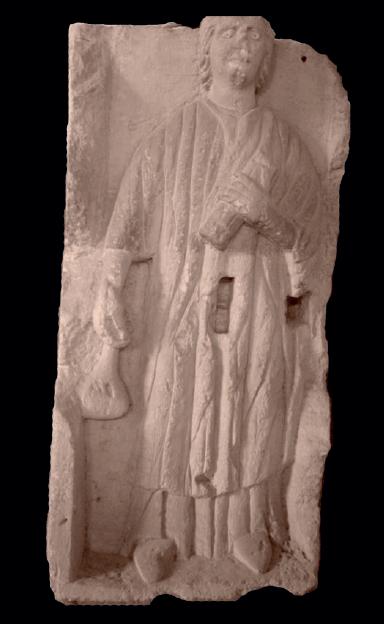 Figure 4 – Stèle funéraire montrant une             femme qui tient un probable  protégé             par une housse ou un étui (coll. Musées de la ville de             Saintes)
