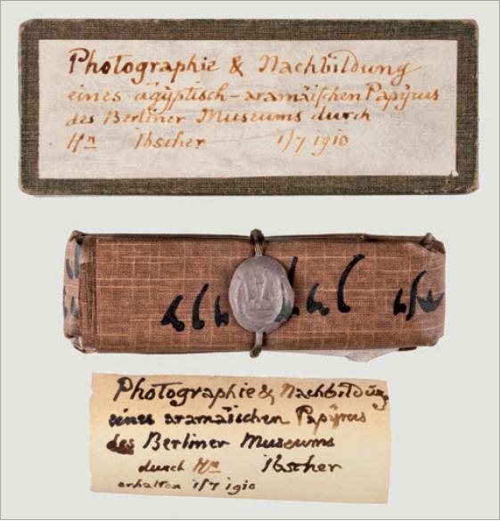 Figure 5 – Reproduction photographique d'un             papyrus par le célèbre papyrologue Ibscher de Berlin, avec             restitution de la technique de pliage et de scellé (coll.             BNU).