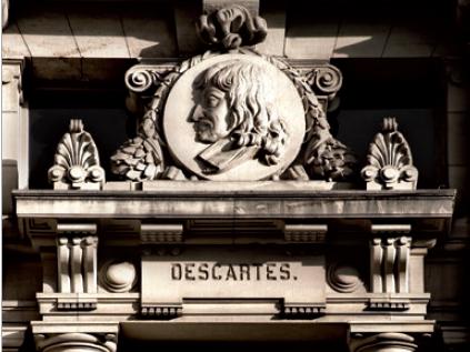 Figure 4 - Médaillon représentant Descartes (façade sud, en             haut)