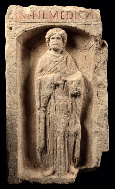 Figure 2 – La              représentée sur une stèle funéraire de Metz (collections Musée de             la Cour d'or – Metz Métropole)
