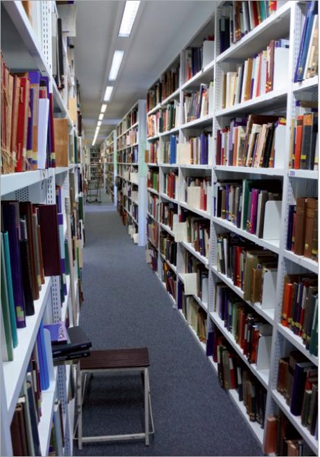 Figure 2 – La bibliothèque de l'Institut           Warburg : les collections en accès libre.