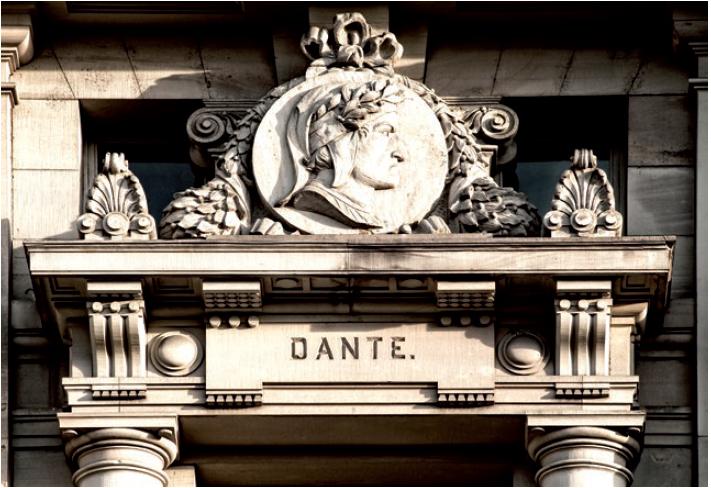 Figure 1 - Médaillon représentant Dante (façade ouest)