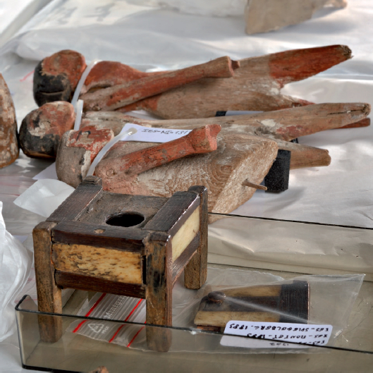 Figure 1 - Modèles de mobilier et figurines en bois achetés             en Égypte par Spiegelberg (coll. UdS)