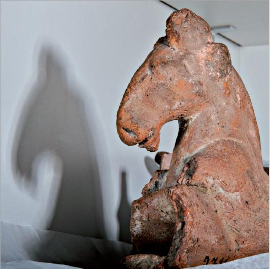 Figure 2 - Décor façonné en forme de cheval d'un objet en             terre cuite, Égypte. Provenance et circonstances d'acquisition             inconnues (coll. UdS)